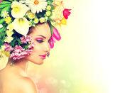 krásy dívka na jaře s květy účes