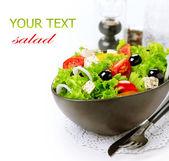 Středozemní salát. Řecký salát izolovaných na bílém pozadí