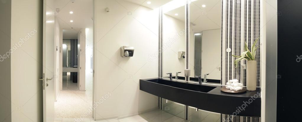 luxe moderne badkamer met bad en toilet — Stockfoto © Policarpo ...