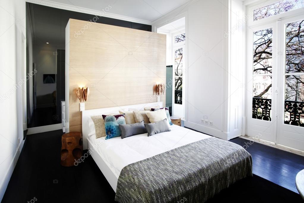 lit moderne dans une chambre vintage — Photographie Policarpo ...