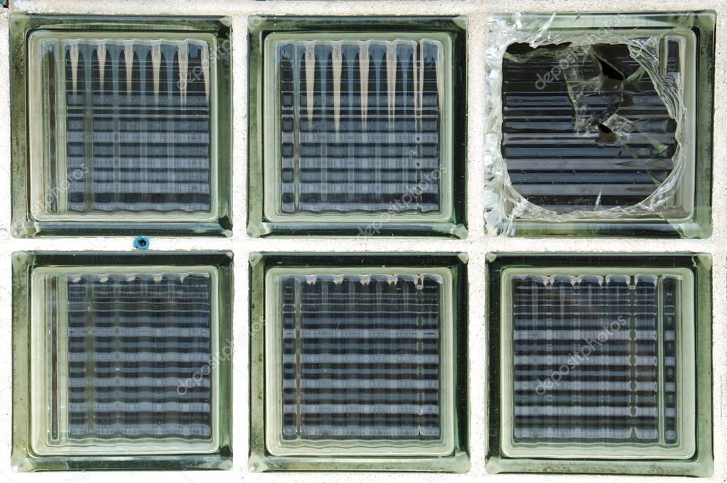 Brique De Verre Brisé Fenêtre — Photographie Dpfoxfoto © #16210471