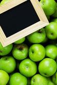 Zelená jablka a křídové desky