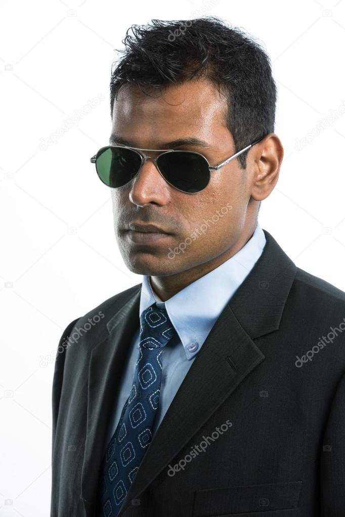 Молодий індійський бізнесменом носити костюм і сонцезахисні окуляри.  Ізольовані на білому тлі — Фото від sjenner13 f21b76ac439e3