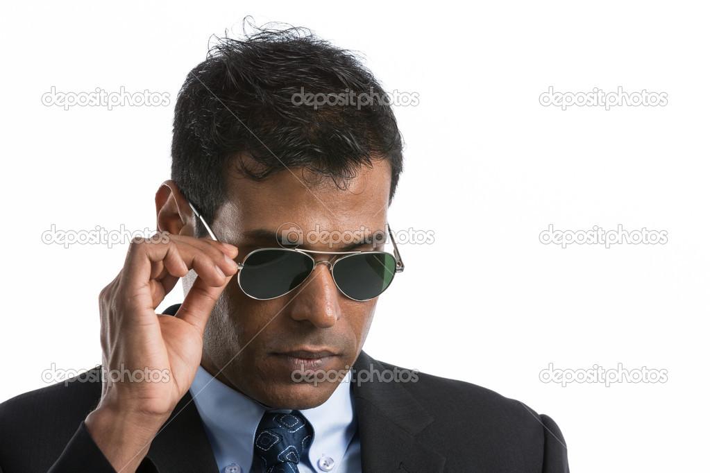 cb09b872a4846b Junge indische Geschäftsmann trägt einen Anzug und Sonnenbrille. vor einem weißen  Hintergrund isoliert — Foto von ...