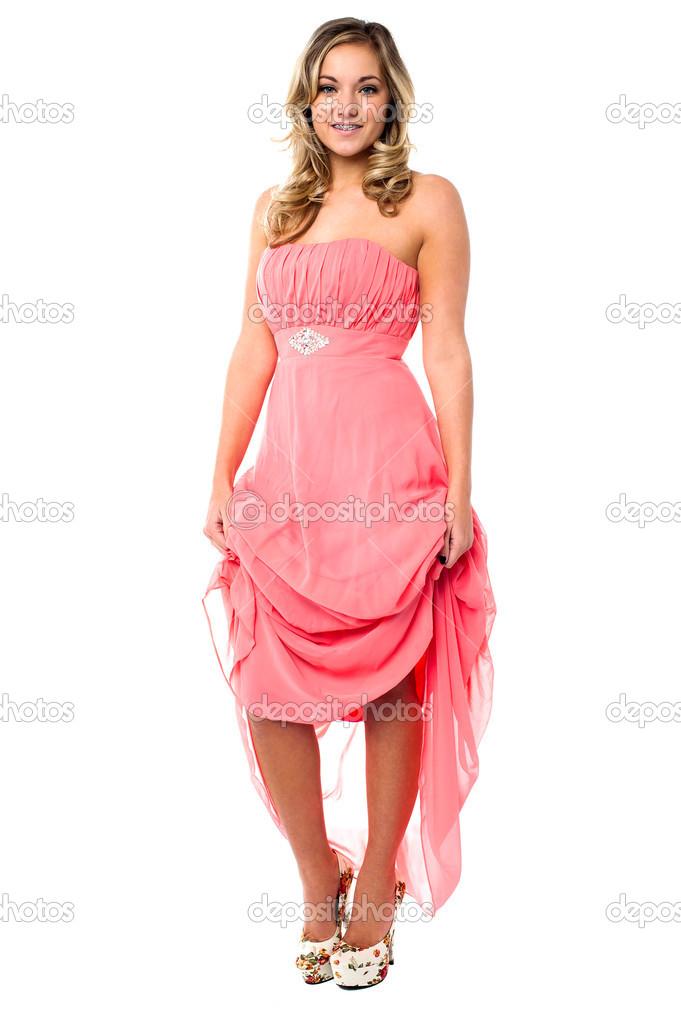 hermosa mujer sosteniendo su vestido de fiesta — Fotos de Stock ...