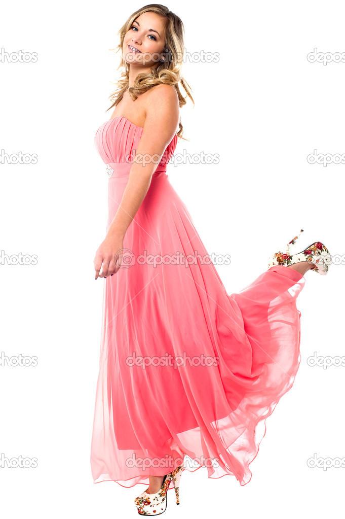encantadora chica en vestido de fiesta sin tirantes de elevación de ...