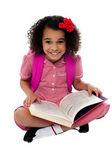 Usmívající se dívka hezké školy čtení knihy