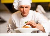 Fotografie Šéfkuchař zdobení Těstovinový salát s bylinné listy