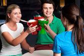 tři přátelé vyvolává Zmrzlinový pohár