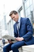 usmíval se podnikatel čtení papíru v přírodě