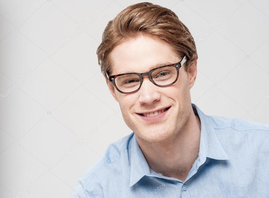 snygg ung man en glasögon — Stockfotografi © stockyimages  45022927 d954188b6b15c