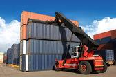 Fotografie Kran hebt Container im Eisenbahnhof