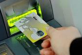 Fényképek bank gép-hoz félrehúz pénz hitel-kártya behelyezése