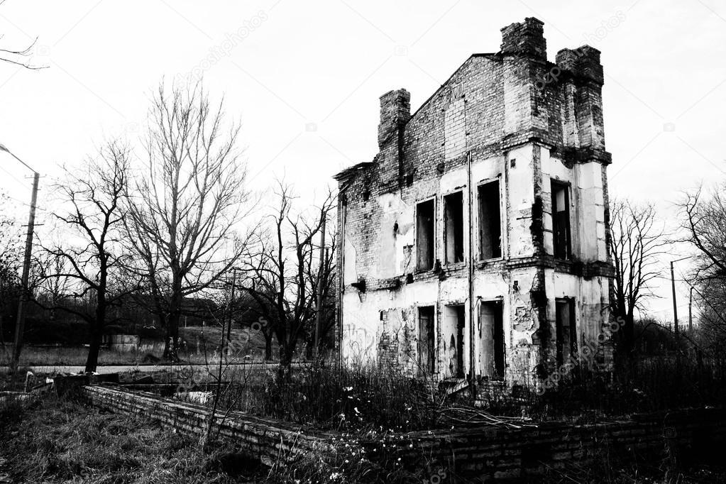 Maison ancienne en ruine en noir et blanc photo 12851612 - Maison noir et blanc ...