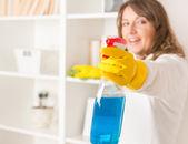 krásná mladá žena čištění její dům