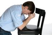 Klečící muž se modlí