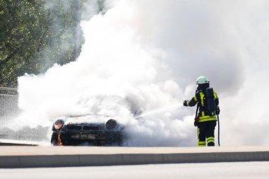 İtfaiyeci yanan arabayı söndürdü, Almanya, Avrupa