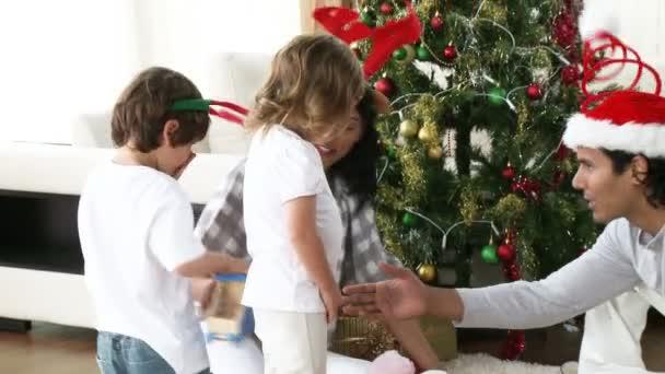 Regali Di Natale Famiglia.Famiglia Aprendo I Regali Di Natale A Casa