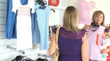 0d17fd7b8f6434 Twee mooie vrouwen kiezen kleding — Stockvideo
