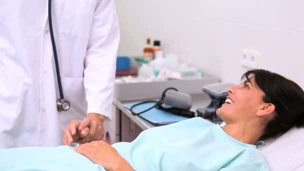 Доктор, Измерьте пульс маленький мальчик в больнице — Стоковый ...