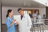 Dva lékaři v hale