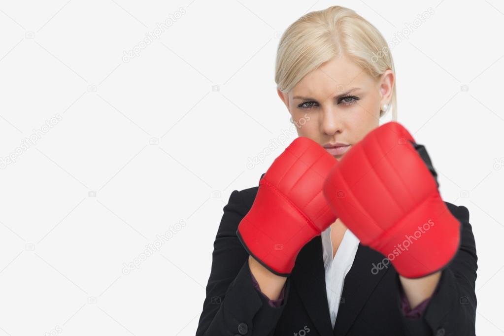 Блондинка в красных перчатках