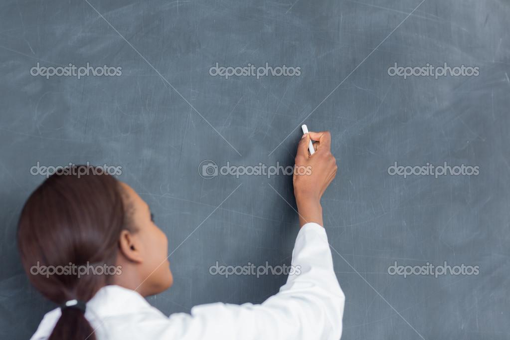 К чему снится, будто другой человек пишет на доске: это дает надежду на получение временного преимущества, которым надо успеть воспользоваться.