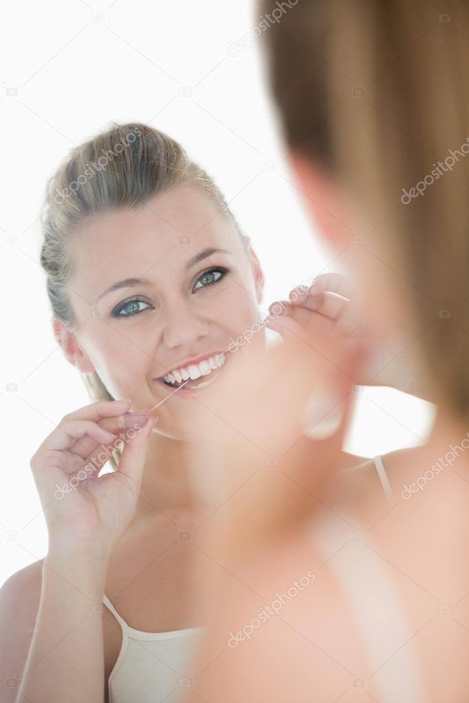 38b2447c4 Mulher bonita usando fio dental na frente do espelho — Fotografia de Stock