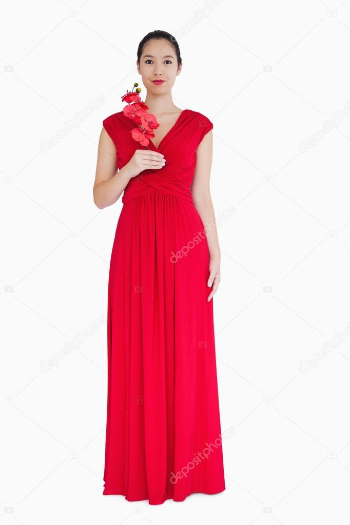 online store 44677 616ae Donna in abito rosso di sera con orchidee — Foto Stock ...
