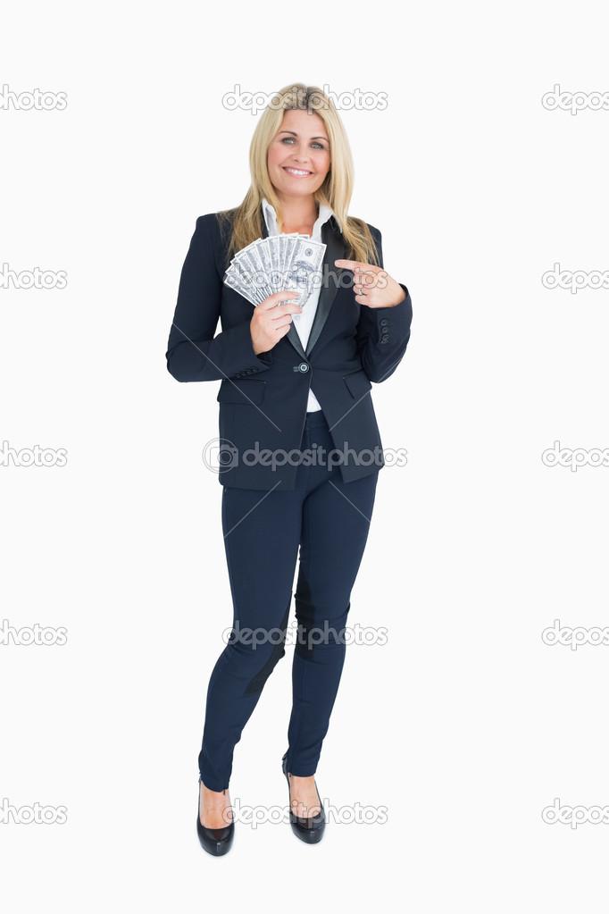 7fc9658f644 Souriant bien habillé femme tenue de dollars– images de stock libres de  droits