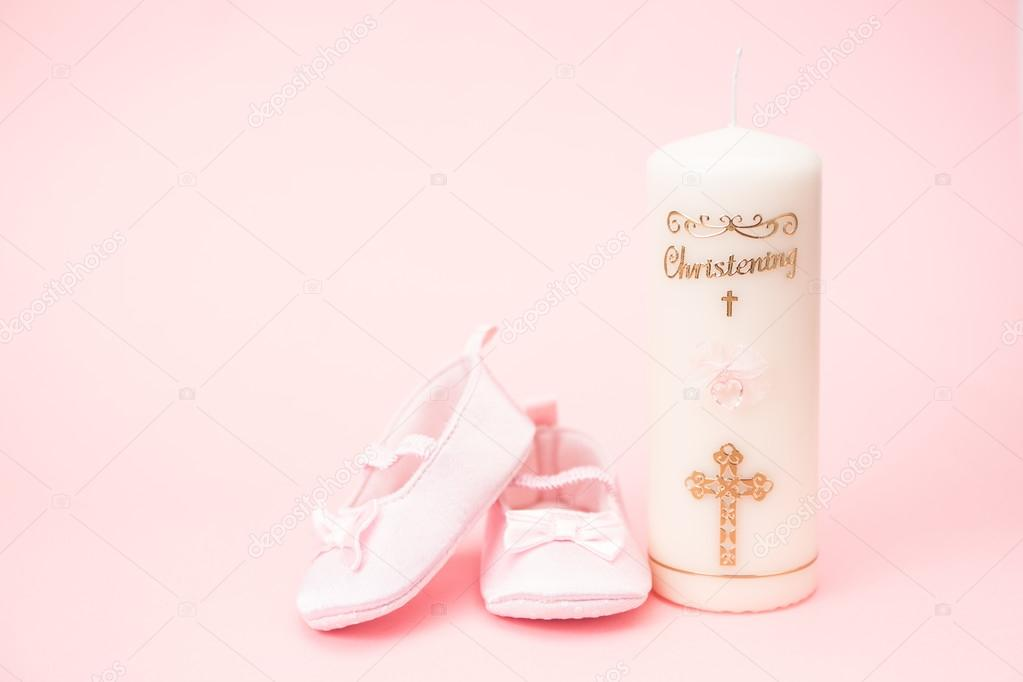 044c98067544 Christening candle with pink baby booties and copy space — Stock Photo