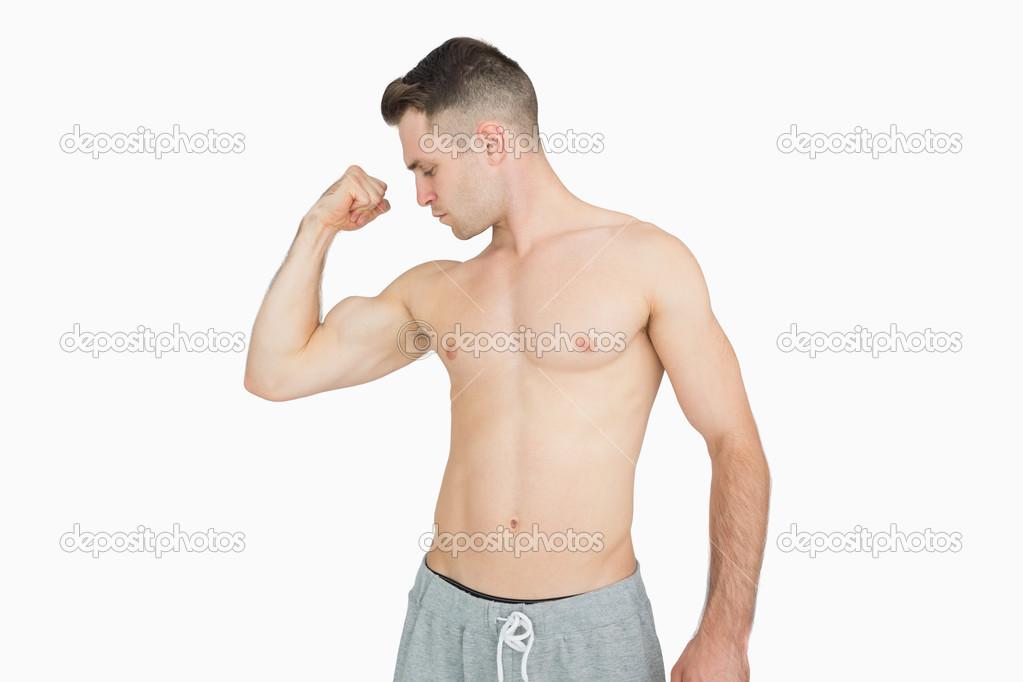 Nackter Oberkörper junger Mann beugen Muskeln — Stockfoto ...