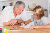 Dědeček při pohledu na kresbu jeho vnuk
