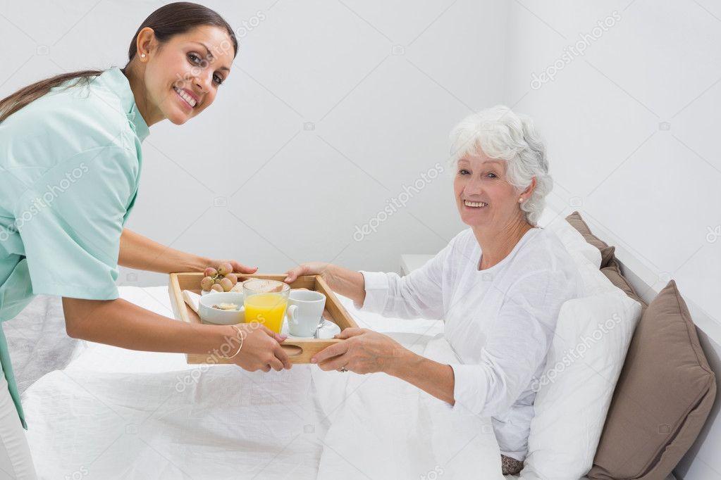enfermera dando