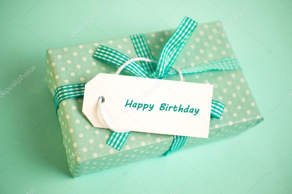 regalo muy verde con una tarjeta del feliz cumpleaños en un verde ...