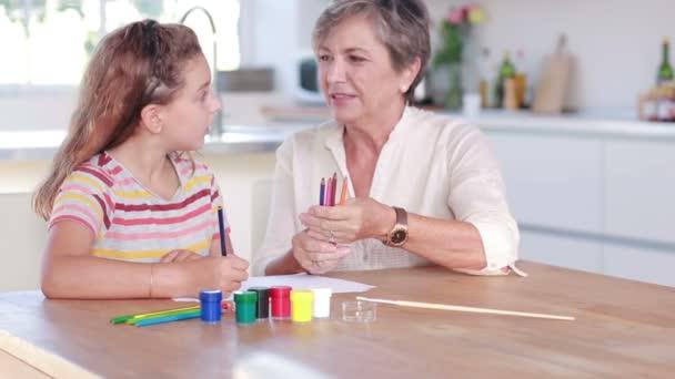 Kind Zeichnen Mit Ihre Oma Stockvideo C Wavebreakmedia 25658801