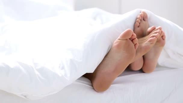 Coppia di piedi giocano nel letto video stock allllex 102352024 for Piani di casa sotto 1500 piedi quadrati