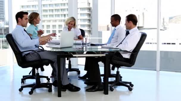 Zakelijke team praten rond een bureau u stockvideo