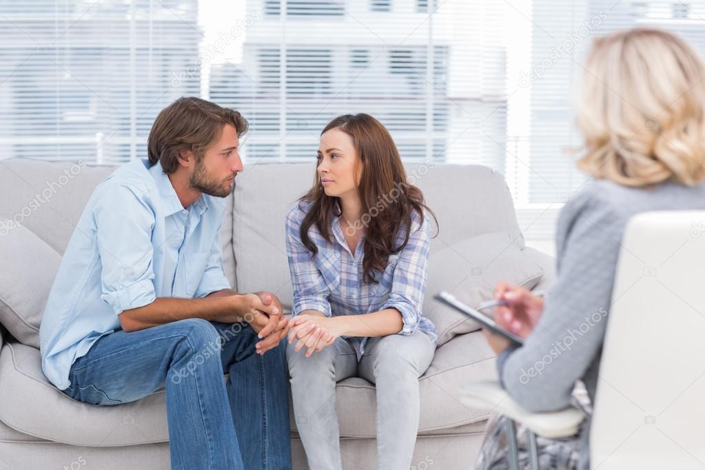 Frauen suchen frauen, während der mann zuschaut