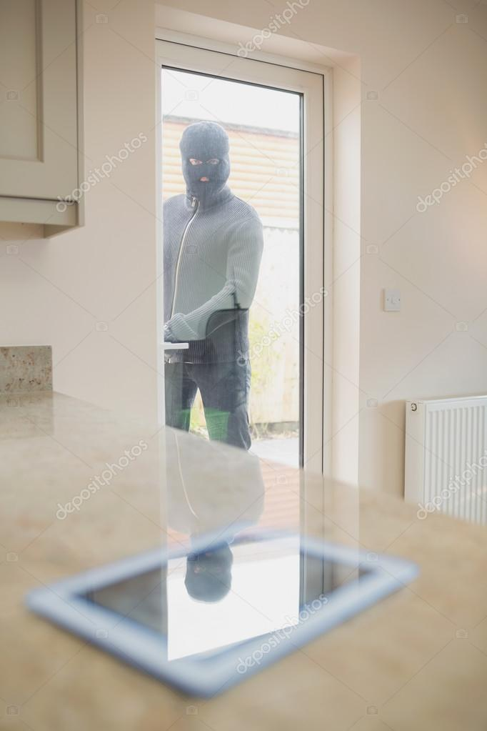 Einbrecher Blick auf TabletPC durch die Küchentür — Stockfoto ...