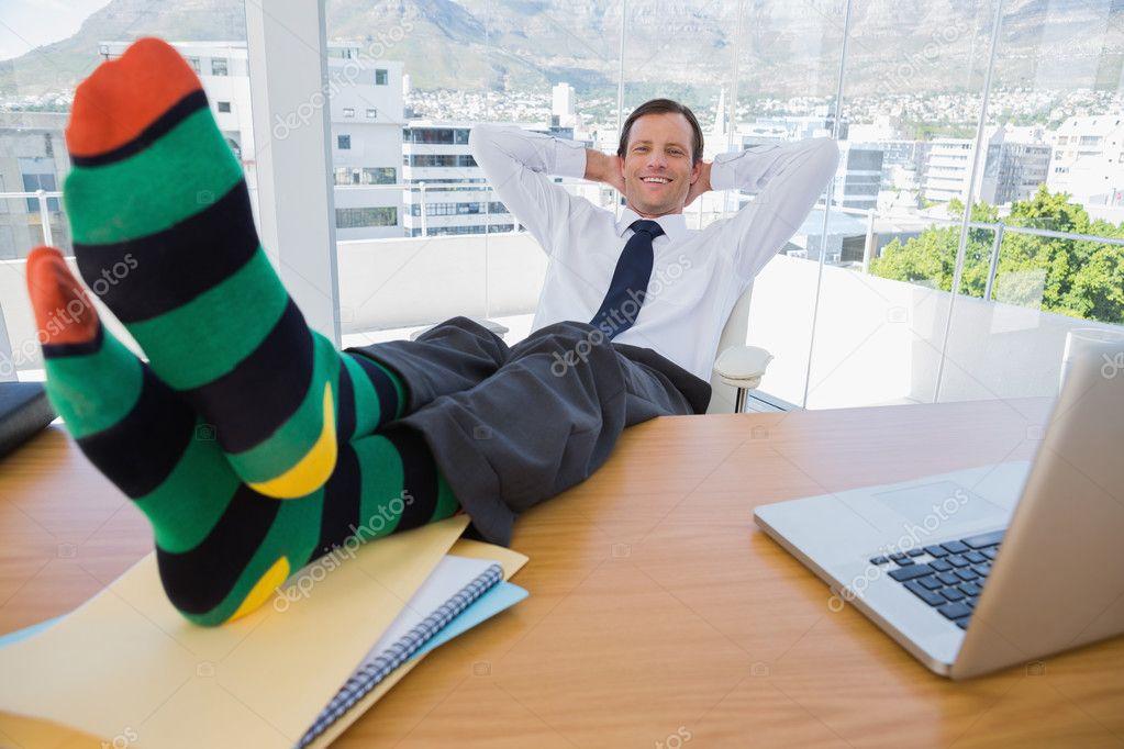 Sourire d homme d affaires ayant une sieste avec les pieds sur le