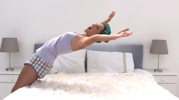 Veren Kussen 16 : Leuke vrouw stuiteren op haar bed vol kussen veren u stockvideo