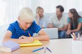Syn dělat domácí úkoly