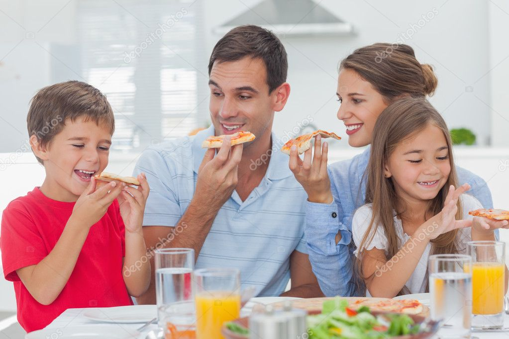 family eating pizza - 1023×682