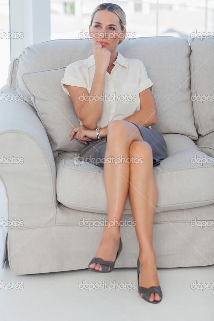 Голышом юбки зрелых на диване фото