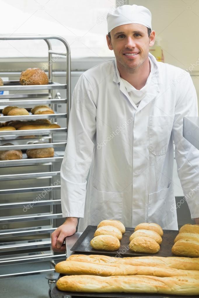 Junge männliche Bäcker stehen in einer Küche — Stockfoto ...