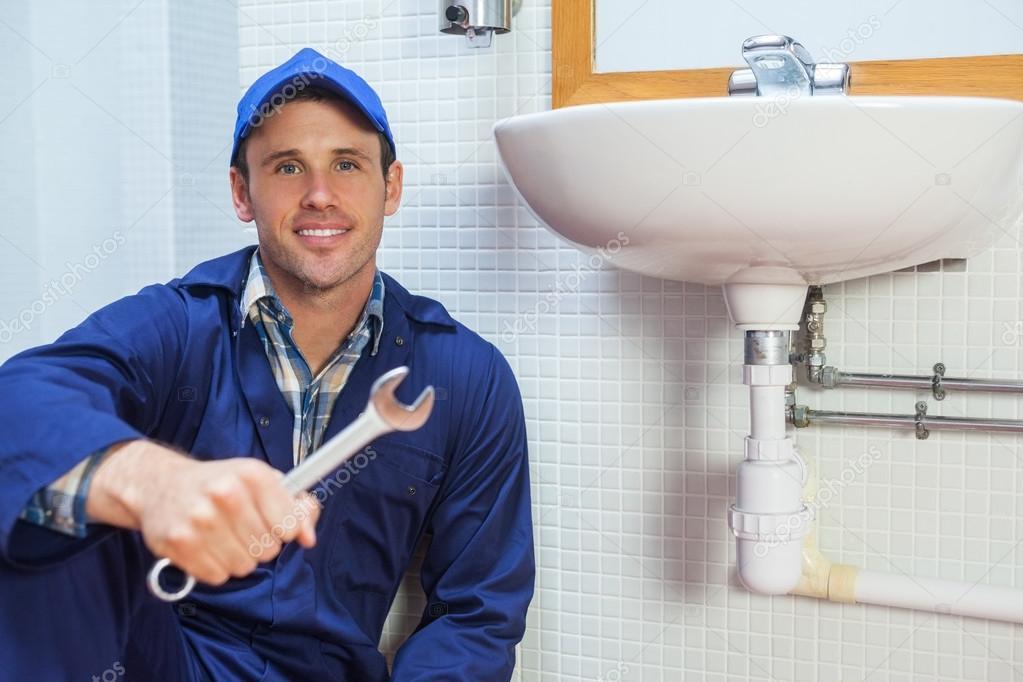 ülő mosdó boldog vízvezeték szerelő holding csavarkulcs ülő: mosdó — Stock  ülő mosdó