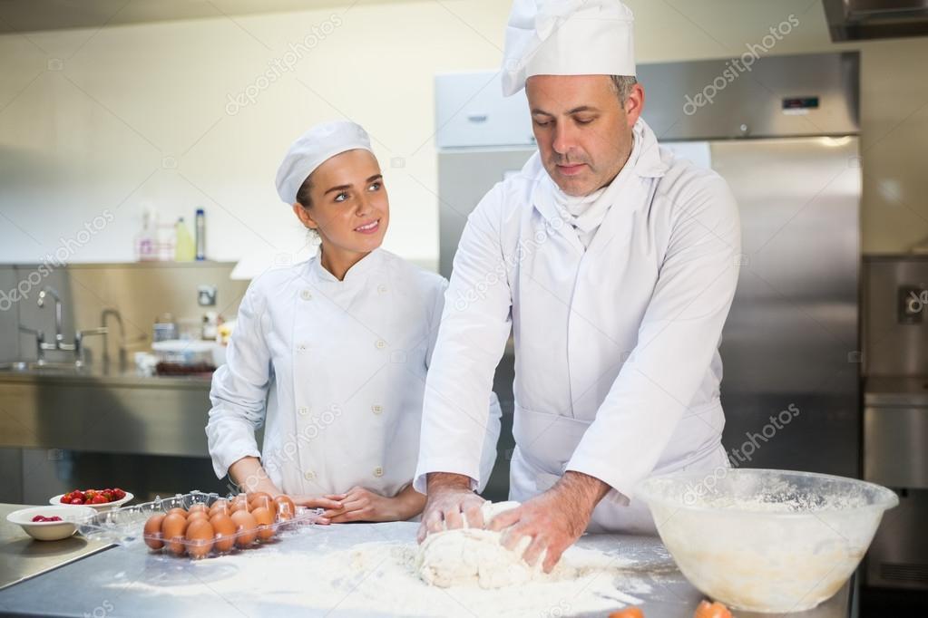 Jefe de cocina aprendiz feliz enseñando a preparar masa — Fotos de ...