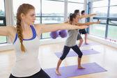 Sportovně natahovat ruce na jógu