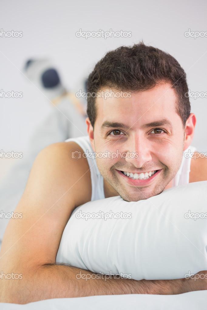 Fröhlich Gutaussehenden Mann Im Bett Blick In Die Kamera Im Hellen  Schlafzimmer U2014 Foto Von Wavebreakmedia